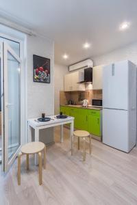 Кухня или мини-кухня в Apartment on Kremenchugskaya