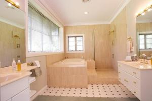 A bathroom at Havelock House