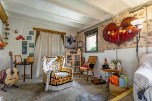 A seating area at Refugio peregrinos Acacio & Orietta