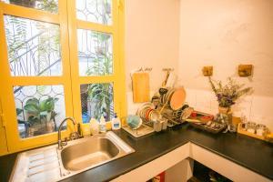 A kitchen or kitchenette at Barn1920s Hostel