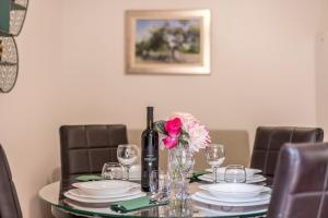 A restaurant or other place to eat at Apartments and Rooms Villa Erede