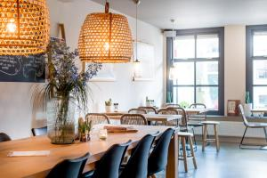 A restaurant or other place to eat at Leut koffiebar & logies