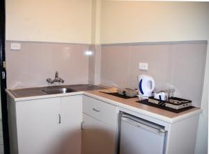 Кухня или мини-кухня в Grand Melanesian Hotel