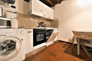 A kitchen or kitchenette at Wine Apartments Florence Ciliegiolo