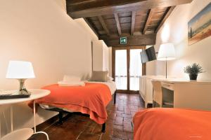 A bed or beds in a room at Wine Apartments Florence Ciliegiolo