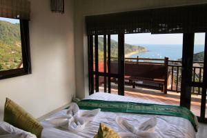 En eller flere senge i et værelse på Baankantiangsee Villa Resort (2 bedroom villas)