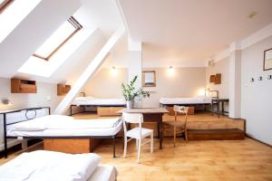 Postel nebo postele na pokoji v ubytování Sir Toby's Hostel