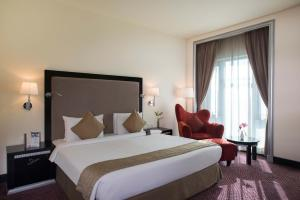 A bed or beds in a room at Mercure Gold Hotel Al Mina Road Dubai