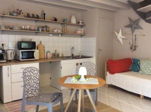 A kitchen or kitchenette at Kosy Suite