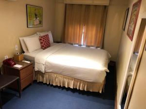 A bed or beds in a room at Chelsea Pines Inn