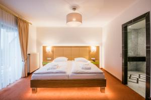 A bed or beds in a room at Eden au Lac
