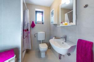 A bathroom at Mariposa