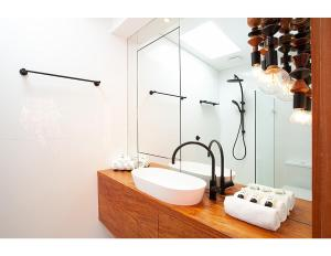 A bathroom at Renovated heritage terrace in unbeatable location