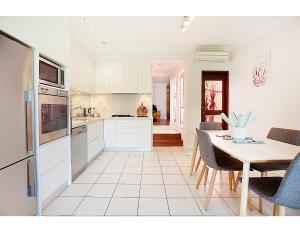 A kitchen or kitchenette at Renovated heritage terrace in unbeatable location