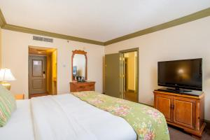 A bed or beds in a room at The Founders Inn & Spa Tapestry Collection By Hilton