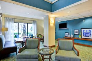 A seating area at Hampton Inn Jacksonville Ponte Vedra
