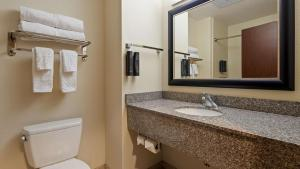 A bathroom at Best Western Plus Chain of Lakes Inn & Suites