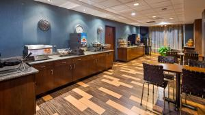 A restaurant or other place to eat at Best Western Plus Chain of Lakes Inn & Suites