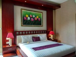 A bed or beds in a room at D'Kubu Legian