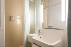 A bathroom at B&B Hôtel Arras