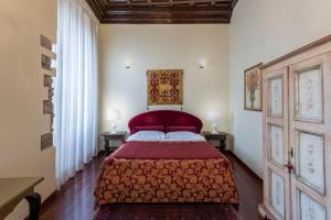 A bed or beds in a room at Hotel Torre Guelfa Palazzo Acciaiuoli