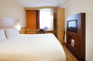 A bed or beds in a room at ibis Gloucester