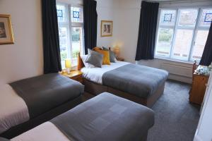 A bed or beds in a room at Villa Verde Gatwick