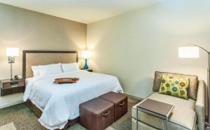 A bed or beds in a room at Hampton Inn Hibbing