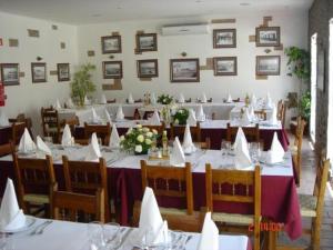 Un restaurante o sitio para comer en Coracao Da Cidade