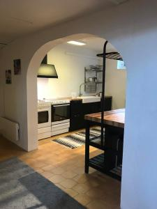 A kitchen or kitchenette at Long/Short Stay Högalid