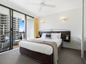 A bed or beds in a room at Pacific Resort in the Heart of Broadbeach