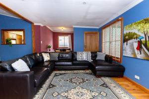 A seating area at Best Central House - SLEEPS 11 !!
