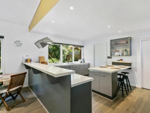 A kitchen or kitchenette at The Palms Holiday House Mt Martha