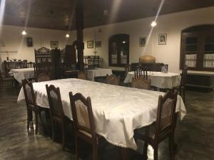 A restaurant or other place to eat at Elipitiya Walauwa