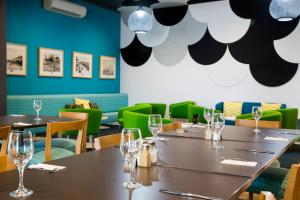 A restaurant or other place to eat at ibis Styles Geraldton