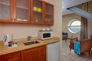 A kitchen or kitchenette at Leonardo Suite By the Beach