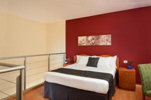 A bed or beds in a room at Leonardo Suite By the Beach