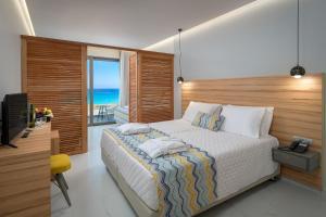 Een bed of bedden in een kamer bij Avra Beach Resort