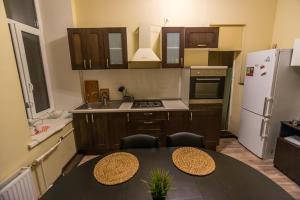 Кухня или мини-кухня в Salcedo Home Hotel