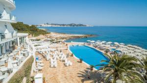 Ein Blick auf den Pool von der Unterkunft Grupotel Aguait Resort & Spa oder aus der Nähe