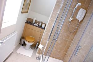 A bathroom at Cotford Hotel