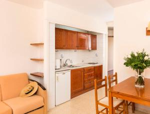 A kitchen or kitchenette at Aparthotel Guitart Central Park