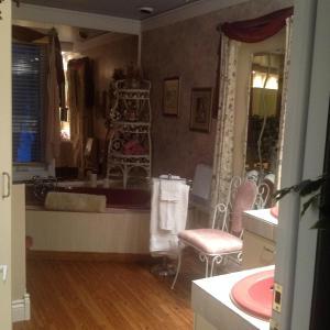 Salle de bains dans l'établissement Gite La Jeanne-Claire Couette & CAfé