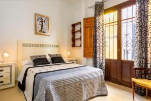 A bed or beds in a room at HSH Suites Barrio Santa Cruz