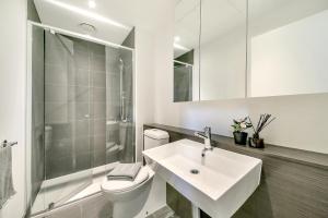 A bathroom at A Cozy & Stylish 2BR CBD Apt Near Southern Cross