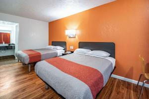 A bed or beds in a room at Motel 6-Columbus, OH