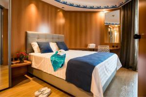 Een bed of bedden in een kamer bij Club Hotel Eilat - 5 Stars Superior