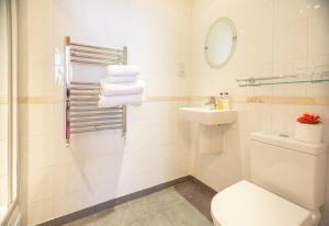 A bathroom at Langton House