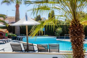 The swimming pool at or near Apartamentos Iris