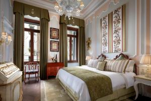 A bed or beds in a room at The Gritti Palace, A Luxury Collection Hotel